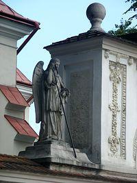 Figura przy kościele w Dynowie