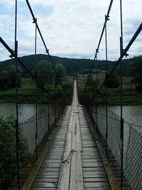 Mostek linowy na Sanie- kilkadziesiąt metrów.
