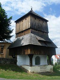 Brama przed kościołem w Hłomczy