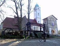 Maszyna do cięcia kamienia przed kościołem w Staromieściu