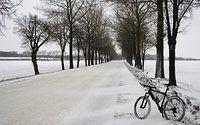 Zasypana główna droga Poznań - Buk podczas śnieżycy