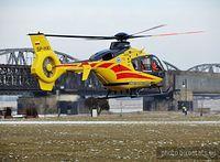 Helikopter ratowniczy, podczas akcji na bulwarze wiślanym w Tczewie.