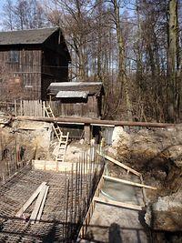 Remont mostu w pobliżu starego młyna w Lelowie