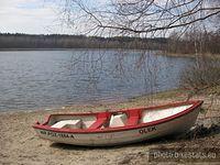 Łódka na plaży Jeziora Kamińskiego.