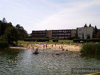 Błażejewko - plaża, w tle ośrodek Perkoz