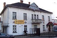 Dom rodzinny Grzegorza Ciechowskiego – niedawno skradziono tablicę pamiątkową.