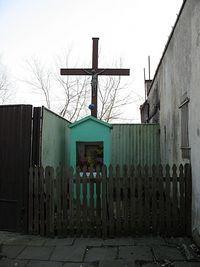 Krzyż z kapliczka, przy kamienicy na ul. Sierakowskiego 4