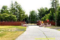 Brama wjazdowa do jednostki wojskowej.