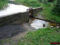 Prowizoryczna regulacja odpływu wody do kanału.