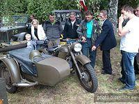 Rocznica bitwy pod Ewiną. Motocykl z wózkiem bocznym. Jak widać budzi zainteresowanie u wszystkich.