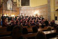 przed Państwem 60-osobowy chór Filharmonii Łódzkiej pod batutą Dawida Bera