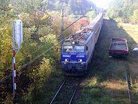EP09-007 prowadzący pociąg TLK Cegielski relacji Poznań-Kraków uchwycony przed semaforem wjazdowym na stację Dęba Opoczyńska