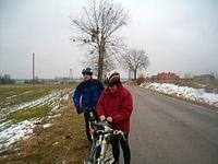 Sobotnie rowerowanie. Krótki postój na drodze, na zdjęciu Marek i z tyłu Jarek. 16-02-2013.