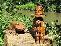 Rzeźba przy ścieżce rowerowej. Za rzeźbą rzeka Opava