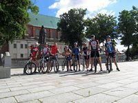 Wpólme zdjęcie przed Katedrą w Gnieźnie. Od lewej: ja, Pan Jurek, Piotras, Dawid, Mateusz, Asia, Kuba, Marcin