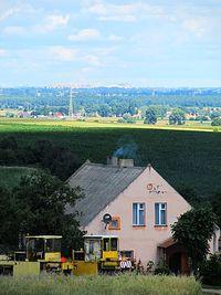 Widoki z Wału Wydartowskiego - Hałda kopalni wapieni w Piechcinie w oddali
