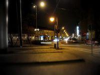 Ulica Sienkiewicza w Piasecznie, na latarniach świcą się już świąteczne ozdoby