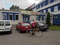 Z rowerem przed siedzibą sponsora