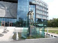 Ikar Uskrzydlony Mitoraja i fontanna przy Centrum Olimpijskim