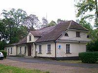 Dawniej urząd gminy prażmowskiej mieścił się w tym dworkuz pierwszej połowy XIX wieku