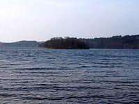 Wyspa Zdrady na Jeziorze Raduńskim Górnym