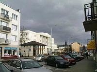 Ulica Kościuszki  w Piasecznie, widok w kierunku gmachu sadu i kościoła św. Anny
