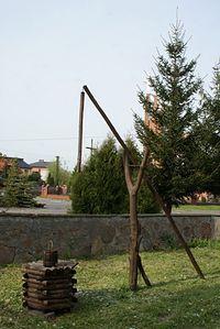 Na terenie kościoła stoi żuraw studzienny