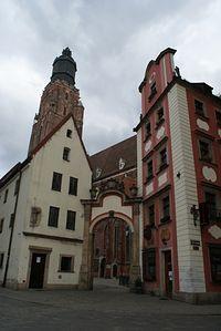 Średniowieczne kamienice Jaś i Małgosia :) tworzą bramę do kościoła