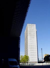 """Niegdyś ten wieżowiec PKP w centrum Katowic był wizytówką miasta, a potem pełnił funkcje """"stojaka"""" na reklamy"""