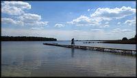 Po pomoście nad Jeziorem Powidzkim