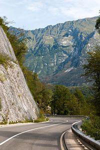 Kręte drogi wzdłuż skalnych ścian