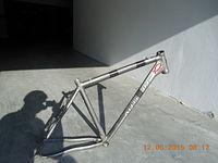 Pęknięta rama ze starego roweru