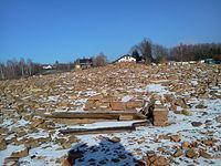 Ruiny dworu, które zalały wody jeziora