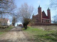 Droga polna z kościołem obronnym w tle