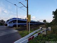 """Pociąg PKP Intercity """"Konopnicka"""" z Lublina do Wrocławia na przejeździe przy stacji kolejowej w Dobroniu"""