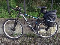 Rowerek w pół terenowej wersji (z terenowymi oponkami ale z sakwą)