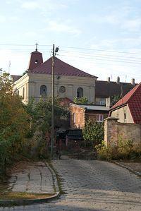 W tle Kościół św. Trójcy - zdjęcie od tyłu