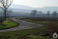 Płaskie i wietrzne drogi wzdłuż Zepleni-hegyseg