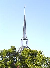 Charakterystyczna iglica kościoła w Rossow