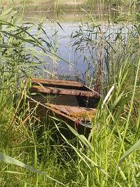 Stara łódka na jeziorku w Pomellen