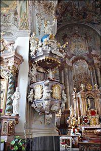 Bogato zdobiona ambona w kościele pw. Podwyższenia Krzyża Świętego w Brzegu