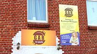 """Gar na gazie - restauracja po """"kuchennych rewolucjach"""" w Głogówku - napis oraz banner nad wejściem"""