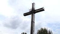 Krzyż nieopodal pomnika Martyrologii Jeńców Wojennych 1994