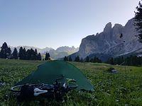 Poranek ma 2000 m n.p.m. Łączka wśród Dolomitów po wieczornym Passo Sella