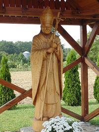 Rzeźba Jana Pawła II na skwerze w miejscowości Trawniki