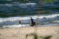 Siwobrody próbuje jechać plażą :)