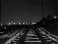 Tory kolejowe nocą