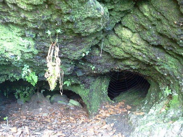 Jaskinia pod skałami