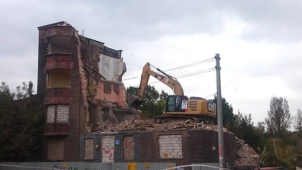 Rozbiórka starej kamienicy na Włochach