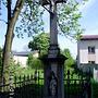 Kamienny krzyż przy ulicy Głównej w Maciejkowicach